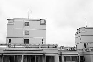 小区楼顶加盖的板房 丁凯 摄